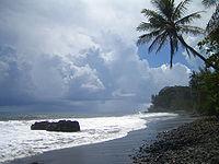 Plage de sable noir à Tahiti, en Polynésie française