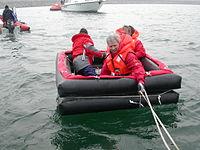 Démonstration d'un radeau classe 4 en rade de Cherbourg. En situation réelle, le bout qui relie le radeau au bateau doit être sectionné le plus vite possible pour éviter que le radeau soit entraîné par le fond.