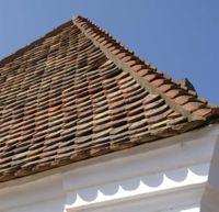 Toit suédois, avec utilisation d'une tuile posée à l'envers sur les angles, à Skanör en Suède (construction de 1777)