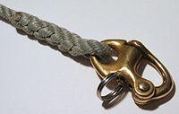 Mousqueton utilisé pour hisser une voile en nautisme