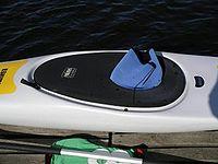 hiloire de kayak muni d'une jupe