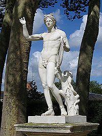 Statue d'Apollon dans les jardins de Versailles