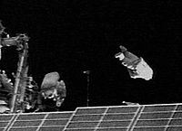 Mise en orbite de SuitSat-1 (à droite) à partir de l'ISS.