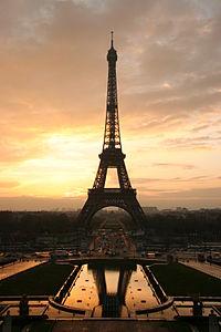 La Tour Eiffel au lever du soleil vue depuis le Trocadéro