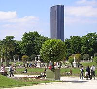 Intégration de la tour dans le paysage, ici celui du Jardin du Luxembourg.