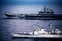 Admiral Flota Sovetskogo Soyuza Kouznetsov voguant en 1991 en mer Méditerranée avec le navire de guerre Deyo (DD-989)