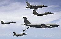 La force de l'USAF ne réside pas seulement dans ses appareils de combat comme ses F-15 et F-16, mais dans les multiplicateurs de forces dont ceux ci sont accompagnés tel les avions-ravitailleurs KC-135 et les AWACS qui leur permettent de frapper loin et avec précision
