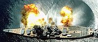 Le USS Iowa tire une salve