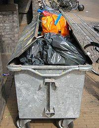 Dans la plupart des pays, les déchets font l'objet d'une collecte organisée, et de plus en plus souvent après un pré-tri par l'émetteur