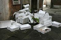 Certains d�chets comme le polystyr�ne expans�, souvent souill� sont th�oriquement recyclables, mais ne le sont en r�alit� pas. Ils prennent beaucoup de place pour un faible poids et leur br�lage sauvage est tr�s polluant