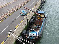 Le transport des déchets génère de plus en plus de CO2. C'est aussi un enjeu de développement durable. Le transport fluvial, très économique est une alternative qui se développe localement