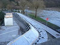 Exemple de barrière légère destinée à protéger provisoirement et en urgence contre l'inondation, plus ou moins efficacement selon la nature du sol et le périmètre à protéger.