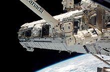 Poutre S1 en cours d'installation durant STS-112 (10 octobre 2002)