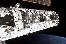 Poutre P1 en cours d'installation durant STS-113 (28 novembre 2002)