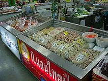 suite de frigos contenant des viandes semi-préparées sour forme de hamburgers, fricandelles, boulettes, etc.