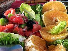 Salade composée de salade, tomates, oranges, olive noire.