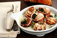 Des escargots cuits dans leur coquille remplie de persillade