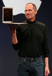 Steve Jobs tenant un MacBook Air à la Macworld Conference & Expo 2008.