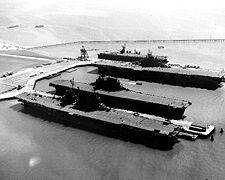 Les porte-avions USS Saratoga (CV-3), USS Enterprise (CV-6), USS Hornet et CVL-30 San Jacinto à Alameda (Californie), après la fin de la guerre (mi-septembre 1945)