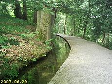Depuis des siècles ou millénaires, des canaux d'irrigation ont été construits sur les pentes pour transporter l'eau