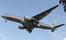 Un Boeing 777 de la compagnie American Airlines atterrissant � l'a�roport d'Heathrow � Londres