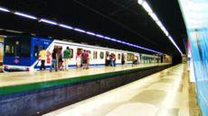 La solution espagnole: le quai central est réservé aux personnes sortant des wagons, le quai lattéral aux personnes montantes