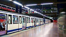 Une rame à petit gabarit de la ligne 4 à la station Mar de Cristal