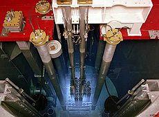 Radiation Tcherenkov provenant de l'intérieur du cœur du réacteur nucléaire Triga