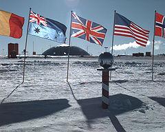 Borne indiquant le pôle Sud, près de la station scientifique d'Amundsen-Scott