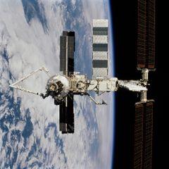 Canadarm2 (à gauche) sur l'ISS