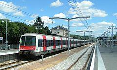 Rame MI 79 à Saint-Rémy-lès-Chevreuse. On notera la caténaire flambant neuve à l'été 2004