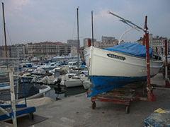 Le vieux port de Marseille avec un pointu de pêche traditionnel en cours de rénovation
