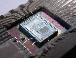 Le circuit integré d'une puce Intel 8742