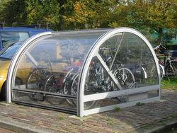 Petit parking à vélo protégé, à Delft, aux Pays-Bas