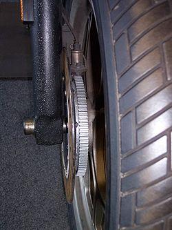 Le mécanisme d'ABS sur une moto BMW K75. Notez la roue dentée et le capteur à côté du disque.