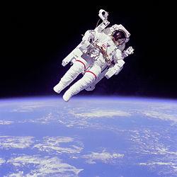 L'astronaute Bruce McCandless lors d'une activité extravéhiculaire