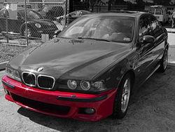 Pare-choces d'une BMW M5, mis en évidence en rouge