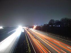 L'absence de luminaires limite la pollution lumineuse, mais sans murs anti-bruit, la circulation nocturne intense reste une source de nuisance pour les riverains et la faune (Allemagne, Juin 2005).