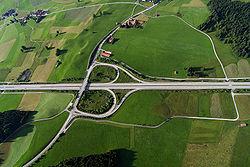Malgr� des efforts de paysagement et renaturation, bretelles et voies secondaires contribuent encore � fragmenter le continuum �copaysager (Allemagne, juin 2005).