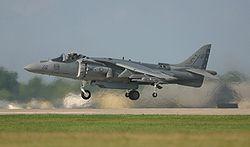 Un AV-8B Harrier II américain en phase de vol vertical