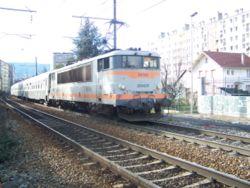 En tête de 4 voitures au train 883317, la BB 25193 quitte Chambéry pour Modane.
