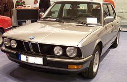 Une BMW Série 5 de 1985 (type E28)