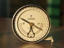 Boussole ancienne de géomètre avec inclinomètre (l'ergot rabattable définit une droite tangeante au boîtier en regard du point zéro)