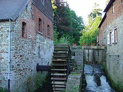 Moulin à eau possédant une roue à aube.