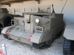 Un Bren-Carrier avec un Bren Mk II sortant de la caisse