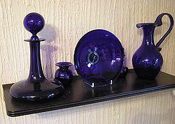 Un verre de teinte bleue peut être obtenue avec un ajout de cobalt