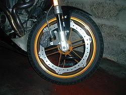 Frein de moto Buell�: le disque est fix� � la jante et l'�trier (� triple piston) est � l'int�rieur