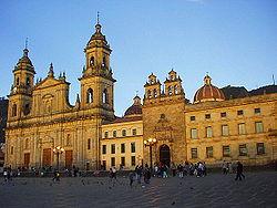 La Catedral Primada (à gauche) sur la Plaza de Bolívar.
