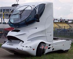 un camion à l'allure futuriste.