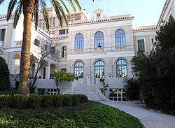 L'École française d'Athènes: bâtiment central (bibliothèque) et pavillon des membres vus depuis le jardin